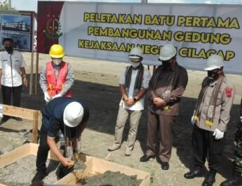 Bupati Cilacap Melakukan Peletakan Batu Pertama Gedung Kejaksaan