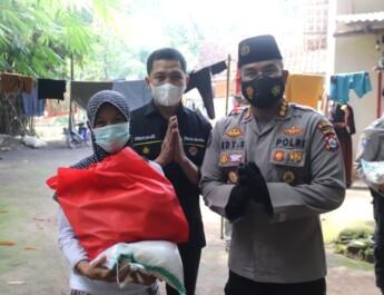 Jelang Hari Bhayangkara, Polda Banten Bagikan Paket Sembako Kepada Masyarakat